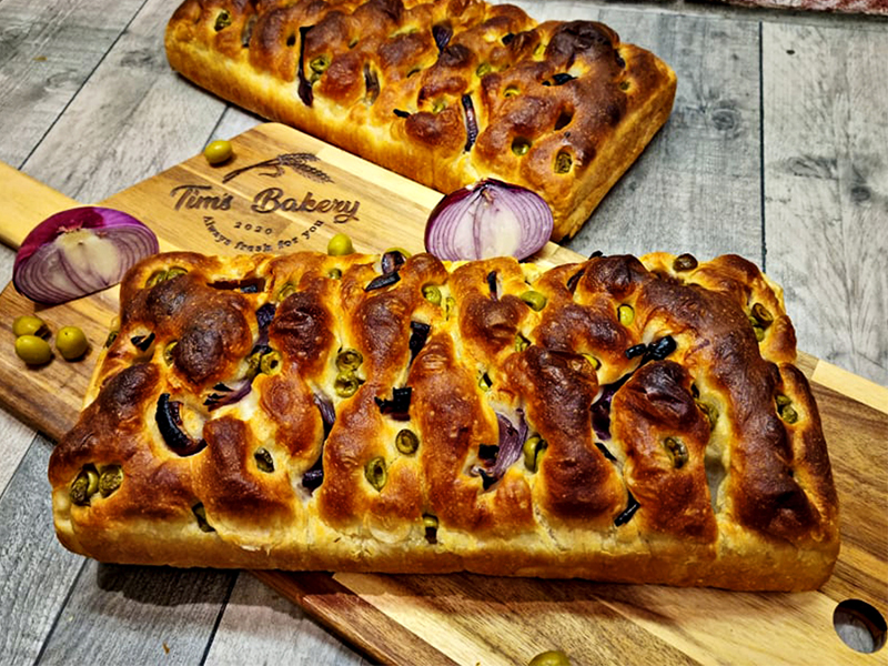 White_Focaccia_with_Red_Onio_&_Green_Olives_800x600